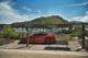 Tesla Model S mit Blick auf Porto Ercole